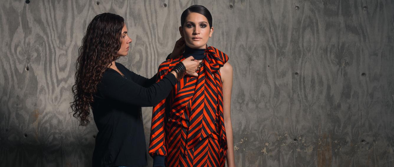 """La diseñadora Miriam Budet da los toques finales al """"styling"""" de la sesión de fotos."""
