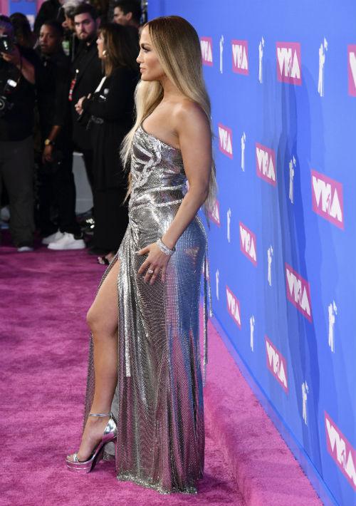 El vestido ceñido a su cuerpo también le permitió modelar sus piernas. (AP)