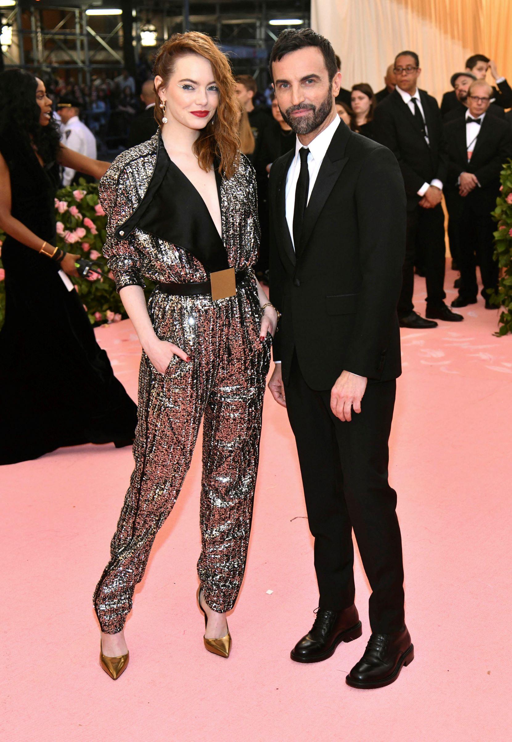 La actriz Emma Stone y el diseñador Nicolas Ghesquiere. (AP)