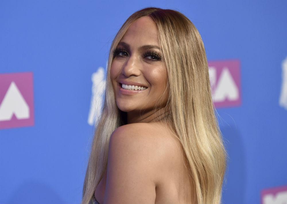 Jennifer López lució su cabello lacio y rubio. (AP)