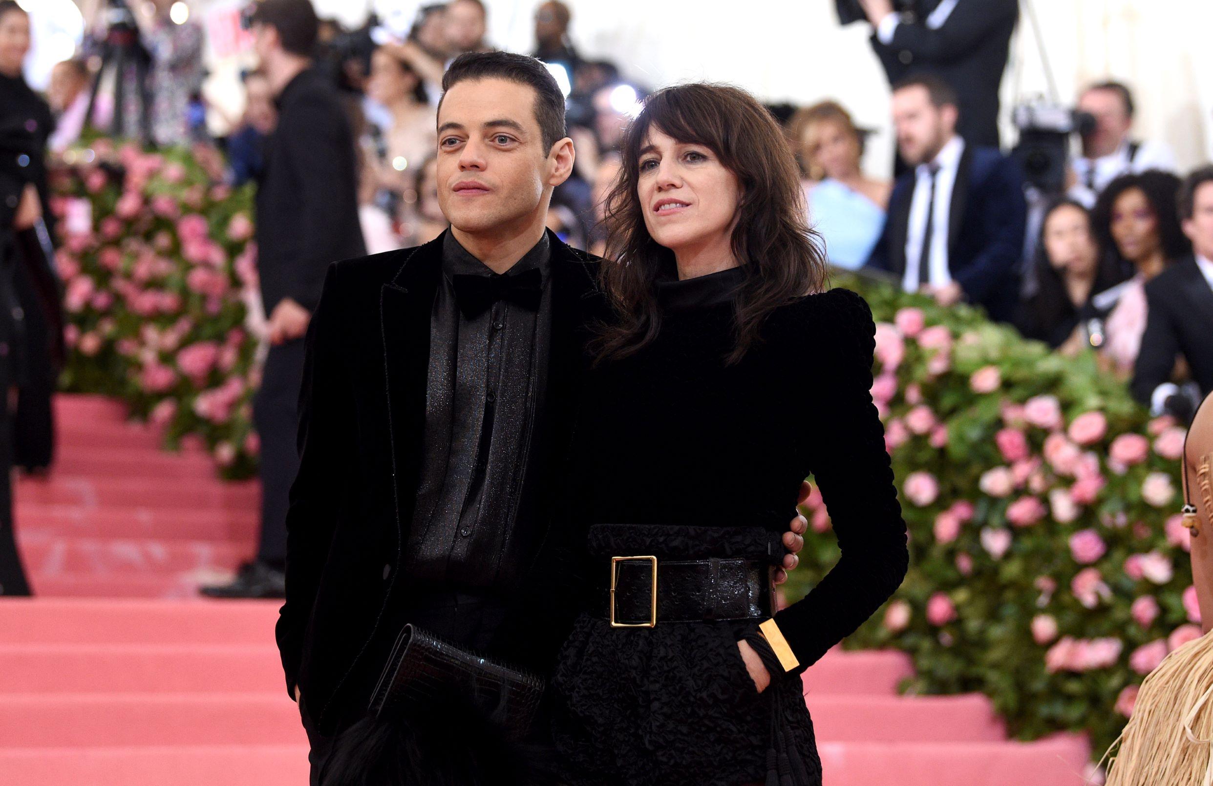 El actor Rami Malek y la diseñadora Charlotte Gainsbourg. (AP)