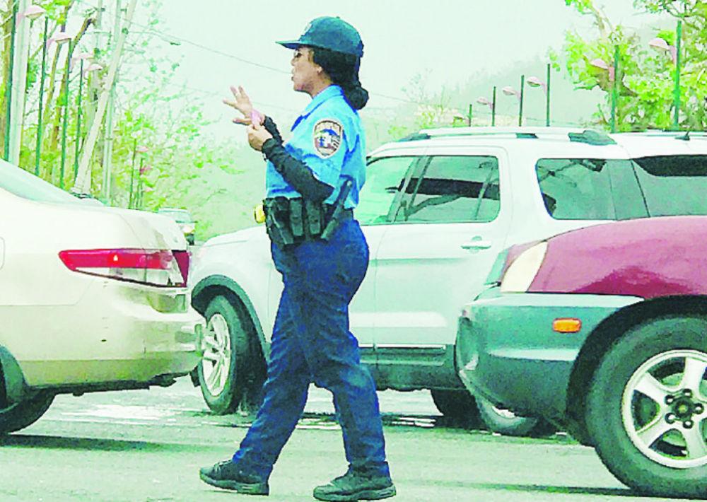 3. Los hemos visto bajo lluvia, sol y sereno, hombres y mujeres de nuestra policía dando cátedra de su compromiso.