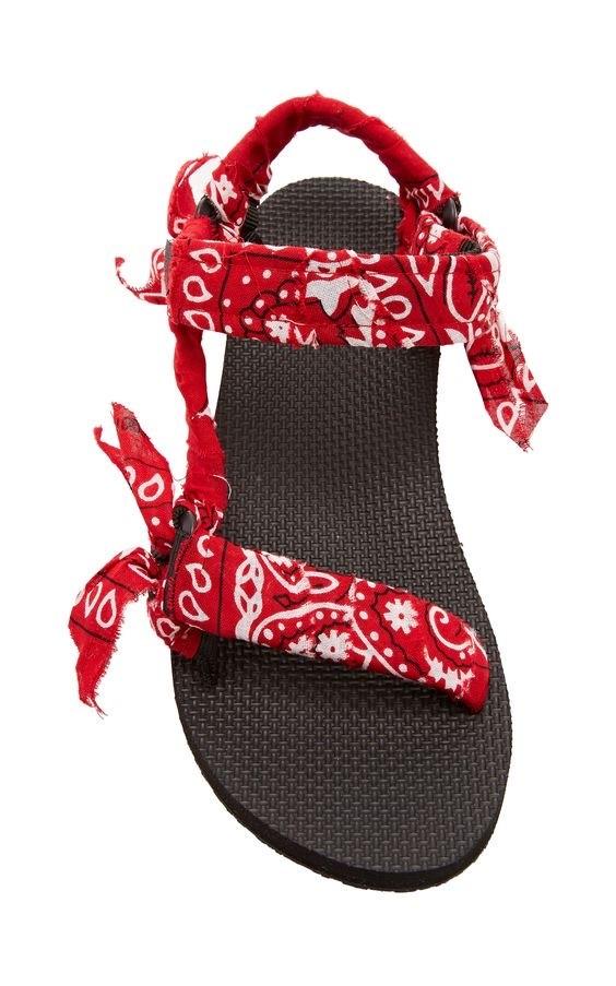 """Trabajadas a mano, decoradas con retazos de bandanas """"vintage"""" y de inspiración hippie, las sandalias Arizona Love, hechas en Francia, son el """"hot item"""" del verano. (Suministrada)"""