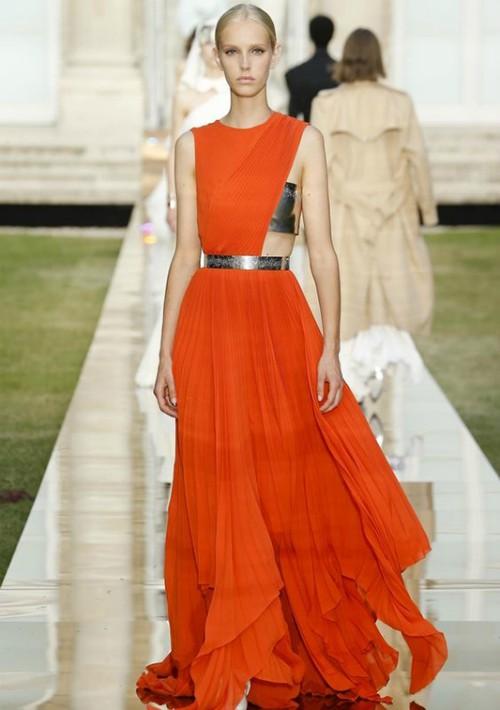"""La elegancia personificada en la colección Givenchy """"Haute Couture"""", Invierno 2018-19. Un tributo al legado de su fundador Hubert de Givenchy, por la actual diseñadora de la firma, la inglesa Clare Waight-Keller. (Foto Suministrada)"""