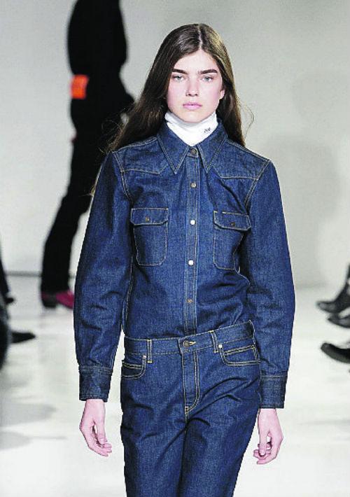"Vuelta a lo clásico… Jeans a la cintura, tela de mahón rígida, líneas simples, inspiración ""cowboy""… Raf Simons para Calvin Klein, reinventando un ícono de moda americano. (Suministrada)"