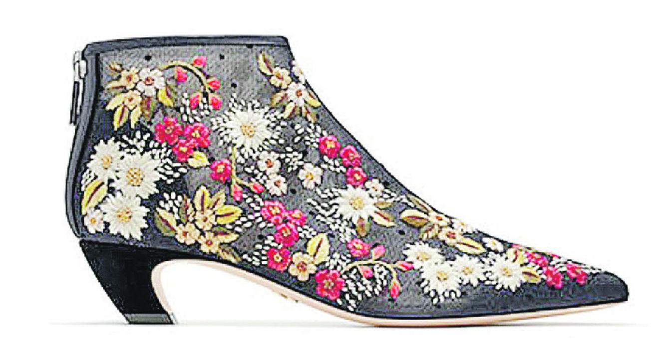 Me encanta este botín de Dior, tan femenino, hecho en malla de tul bordada con flores multicolores. Una pieza para siempre. (Suministrada)