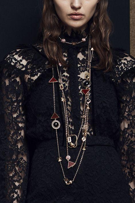 """El """"layering"""" en cadenas y collares, los detalles de """"charms"""" que tanto se vieron en el verano continúan en otoño.  No te limites a cadenas solas, añade dijes, perlas y piedras. Zuhair Murad (WGSN)"""