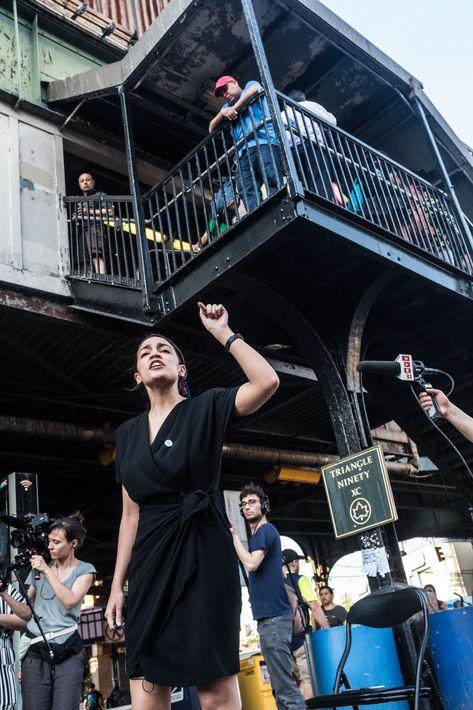 """Alexandria Ocasio Cortez ha dejado claro su rechazo al dinero de cabilderos y los super PAC como fórmula para """"escuchar más claramente a la gente y hablar de sus necesidades con mayor honestidad"""". (Foto: Suministrada/COREYTORPIE)"""