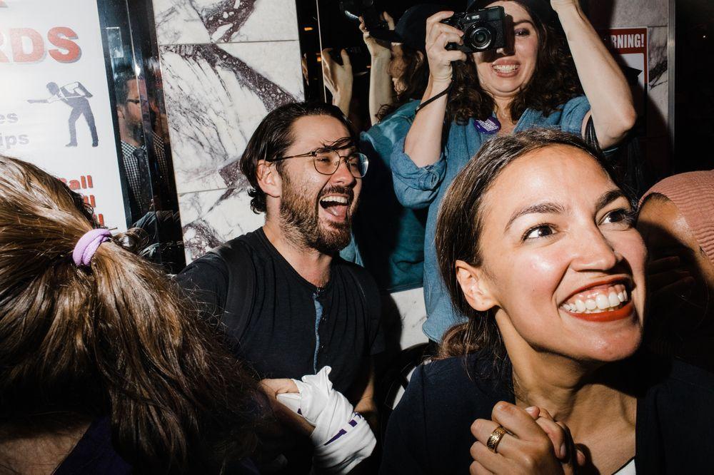 Durante la celebración de su victoria en las primarias congresionales en Nueva York, donde venció con un 57% de los votos sobre el demócrata Joseph Crowley. (Foto: Suministrada/COREYTORPIE)
