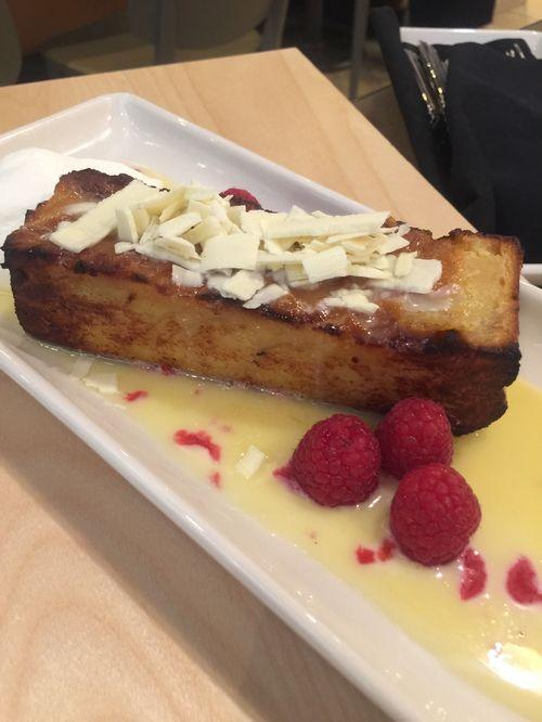 El budín de pan y chocolate blanco, delicia que no se debe perder, según recomienda el chef.