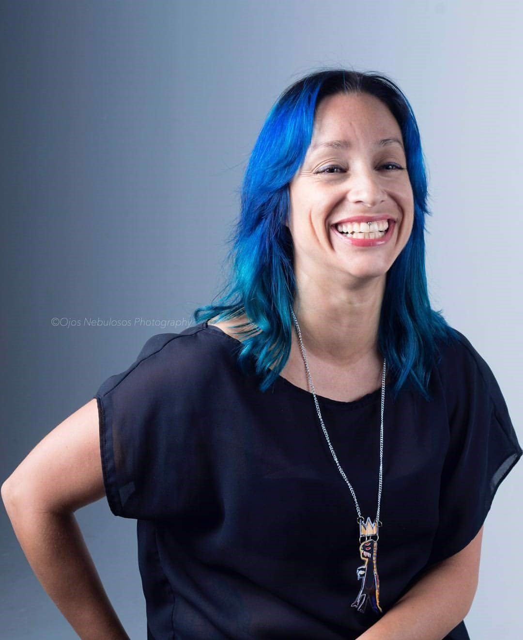 Belisa Álvarez, creadora de Tereques La Tiendita, luce un collar de Papel Púrpura, cuya creadora también forma parte del colectivo. (Suministrada/ Arianna Cuesta)
