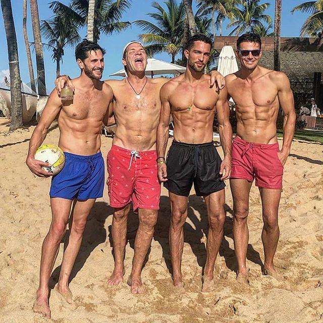 El modelo Alex Lundqvist (extrema derecha) y sus amigos en la playa del Dorado Reserve