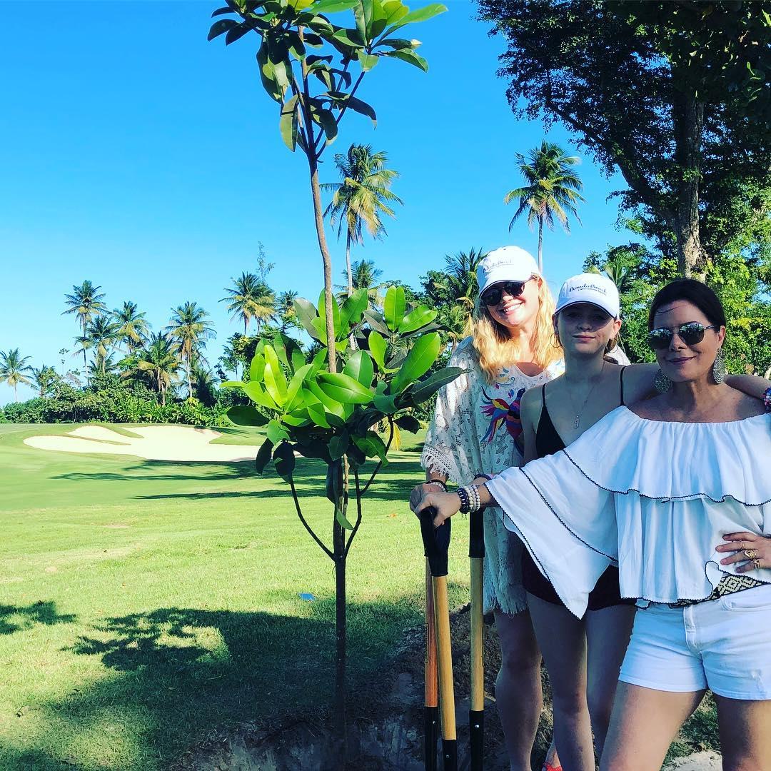 Marcia Gay Harden plantó un árbol en los terrenos del Dorado Beach A Ritz Carlton Reserve junto a sus hijas.