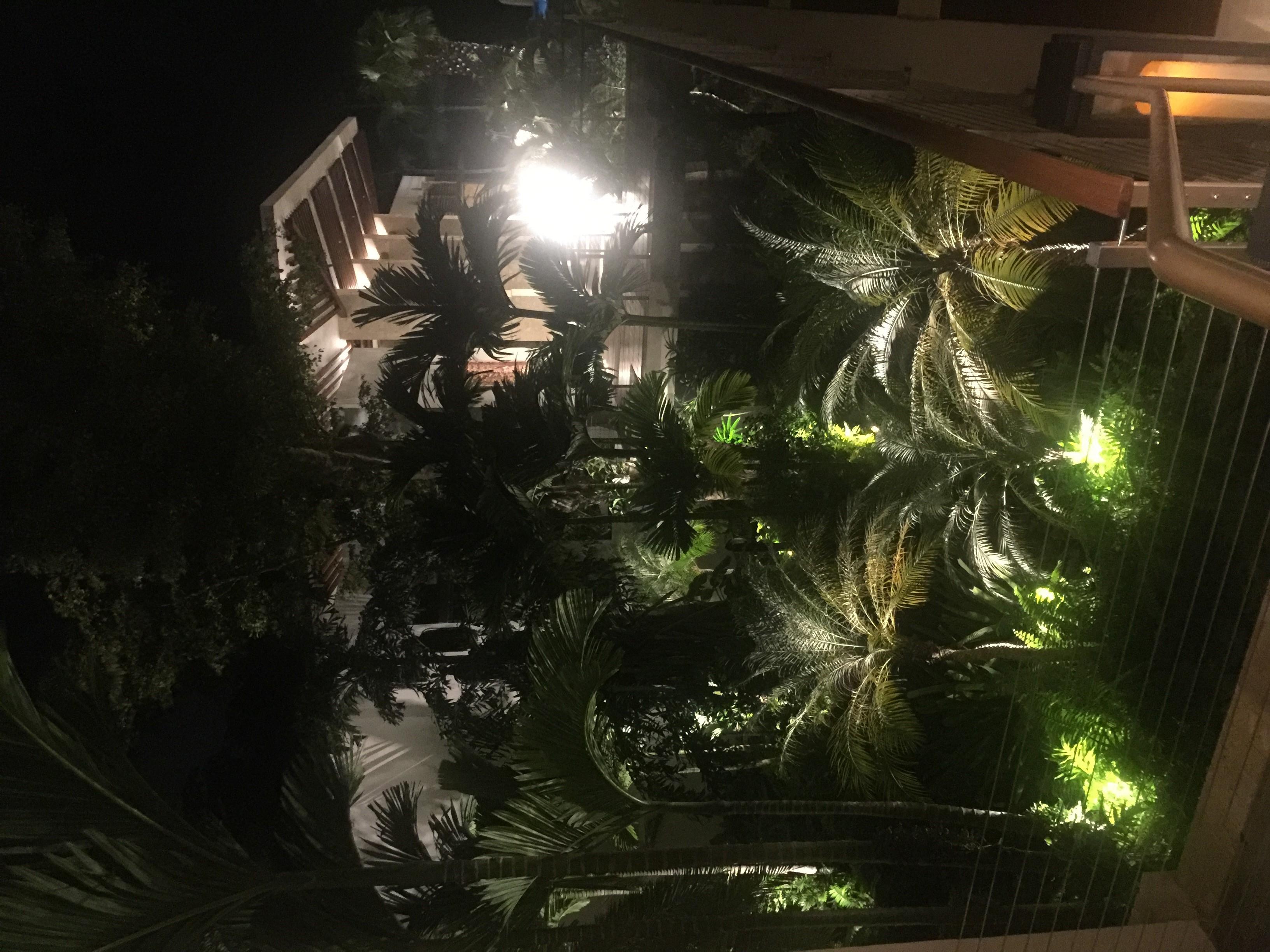 Vista del hotel al anochecer