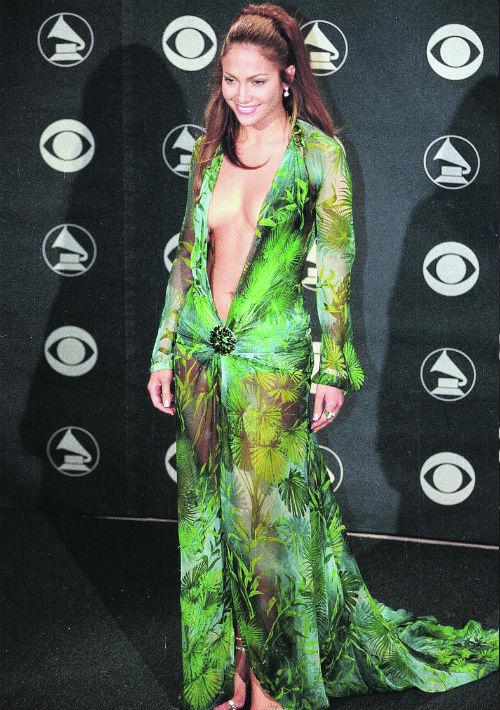 En febrero de 2000 causó furor al llegar a la 42ª edición de los Grammy con un vestido estampado en tonos verdes de Versace con escote por debajo del ombligo, donde se sujetada con un broche. (Archivo)