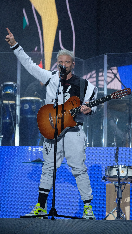 """Pedro Capó se presentó ante su público con un conjunto de """"bomber jacket"""" con capucha y pantalón blanco estilo jogger en color blanco con detalles negros. (Suministrada)"""