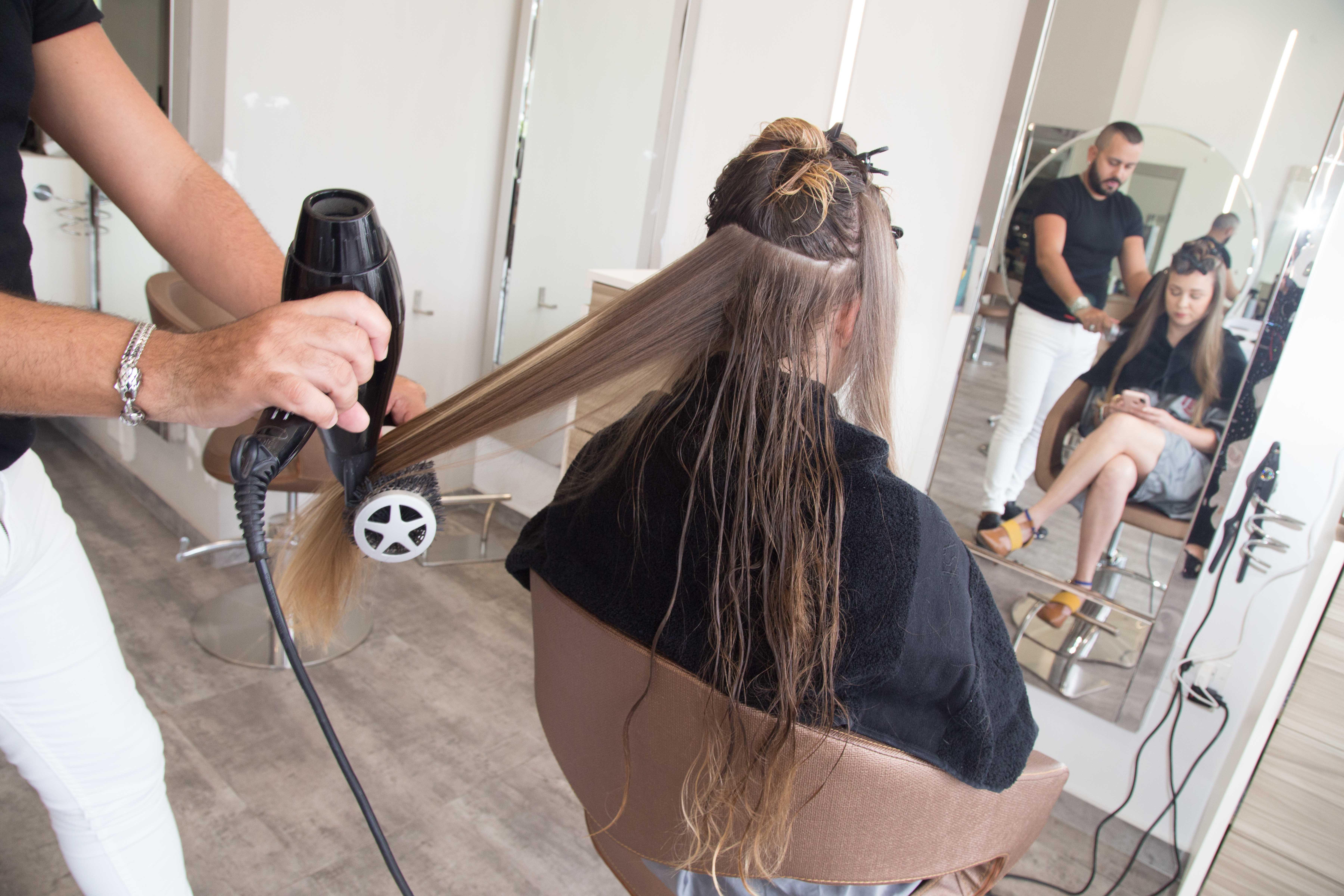 Luego del tratamiento, se procede a secar la cabellera para ver los resultados.