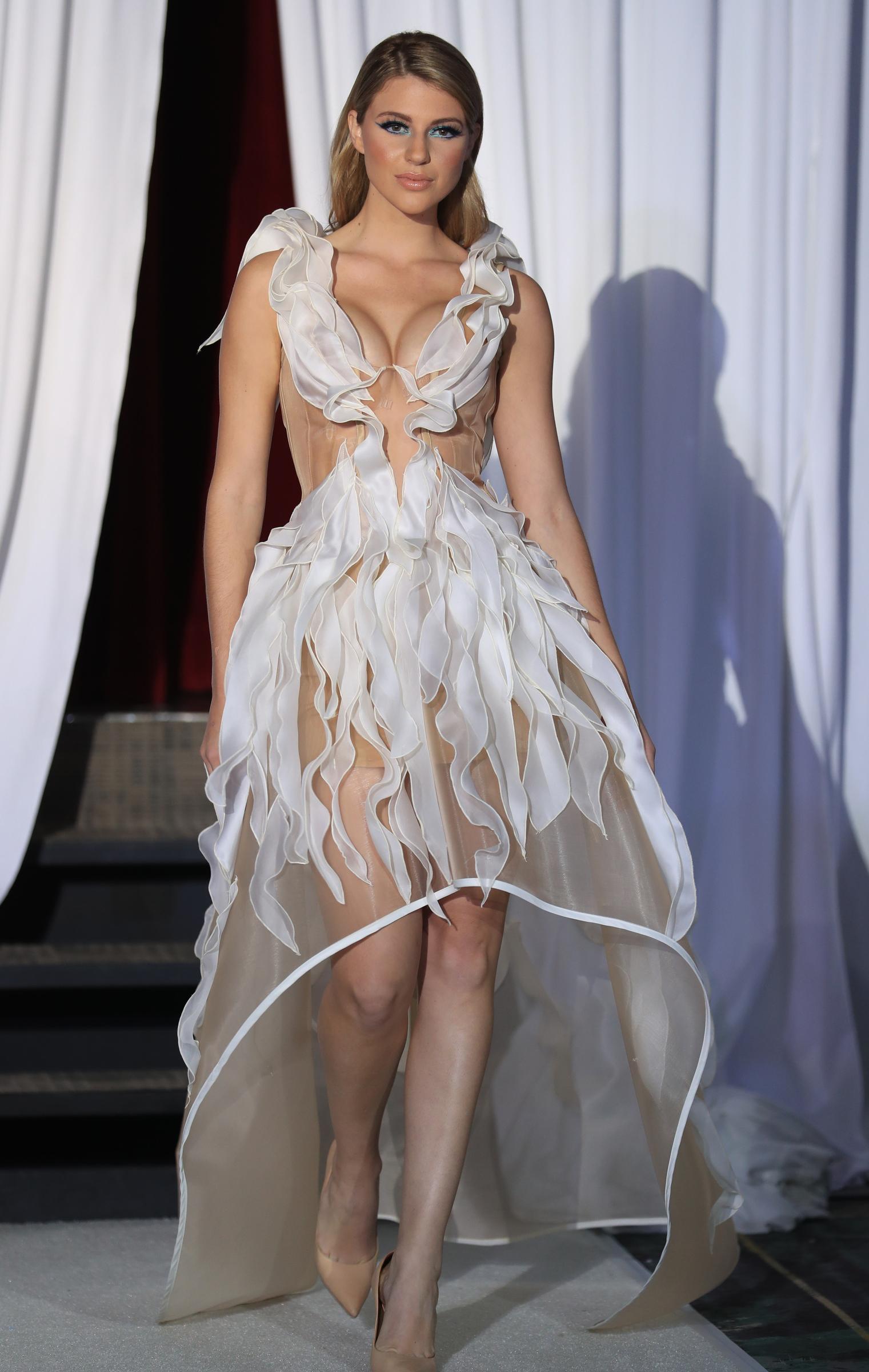 El diseñador Jaer Cabán seleccionó un vestido asimétrico con un escote profundo y transparencias, para destacar la belleza de Madison. (Vanessa Serra)