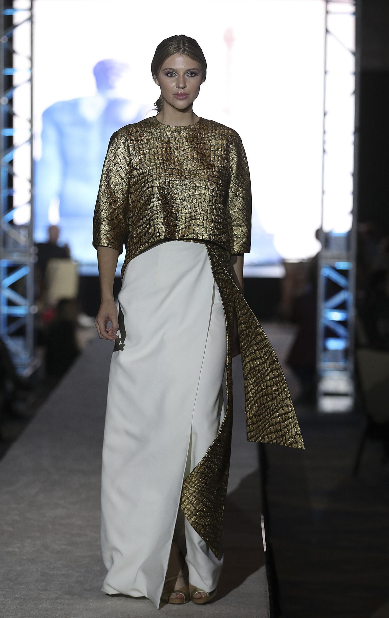 Durante el desfile de Reinaldo Álvarez, Anderson modeló un conjunto de blusa dorada y falda blanca. (Vanessa Serra)