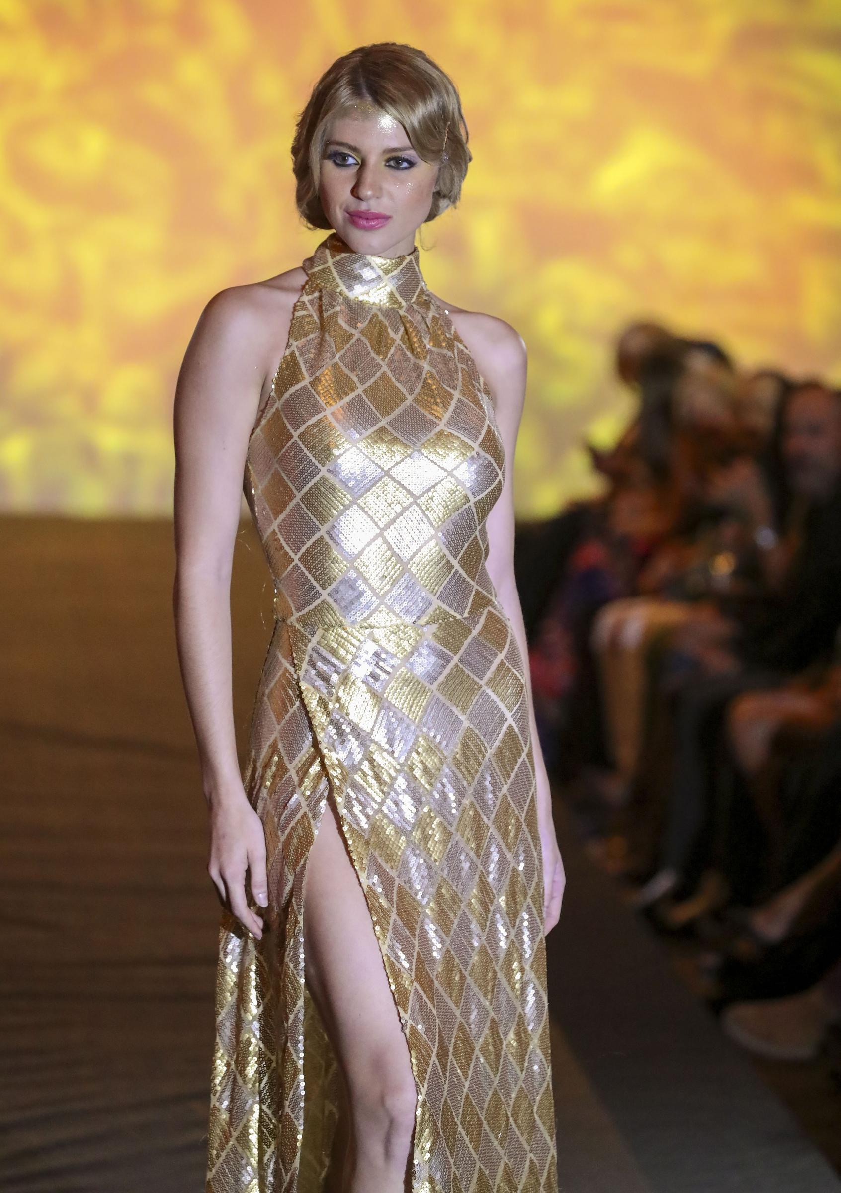 Con un vestido de noche en lentejuelas doradas, Miss Universe Puerto Rico 2019 cerró el desfile de Eddie Guerrero. (David Villafañe)