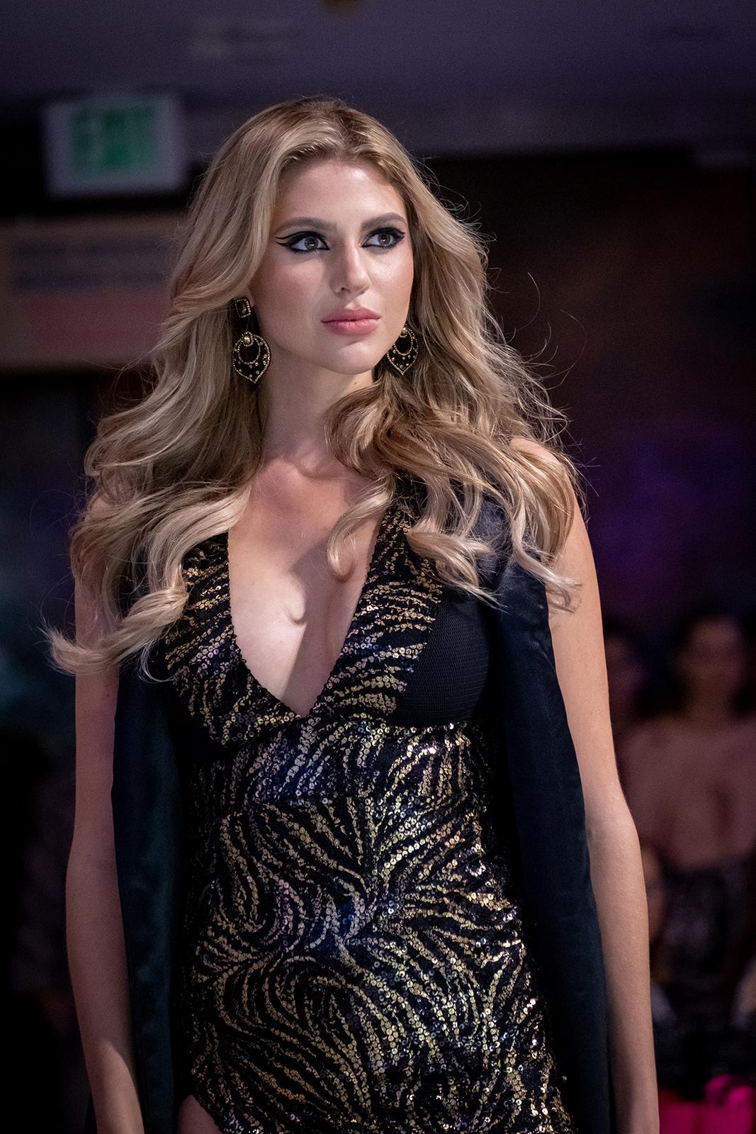 La beldad boricua lució sensual en este modelo del diseñador Kelvin Giovannie. (Ricky Reyes)