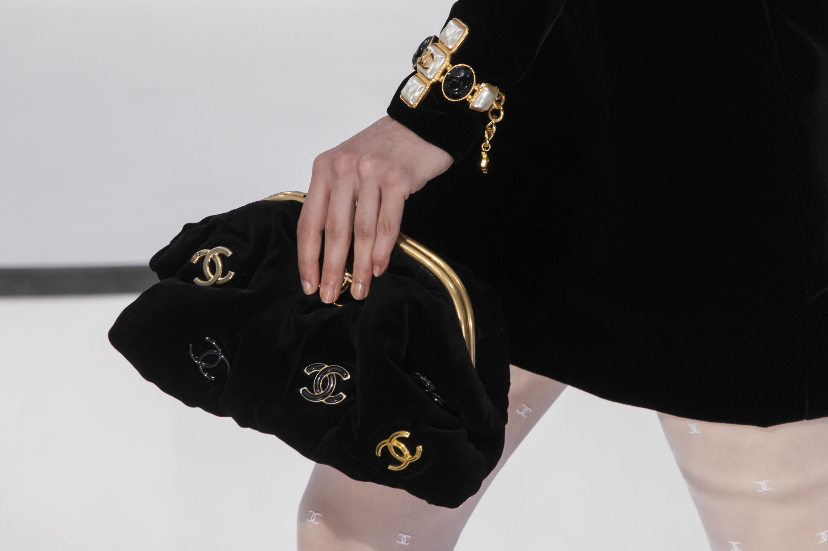 Un clásico en el clóset de muchas mujeres es la cartera Chanel negra con el monograma dorado. (WGSN)