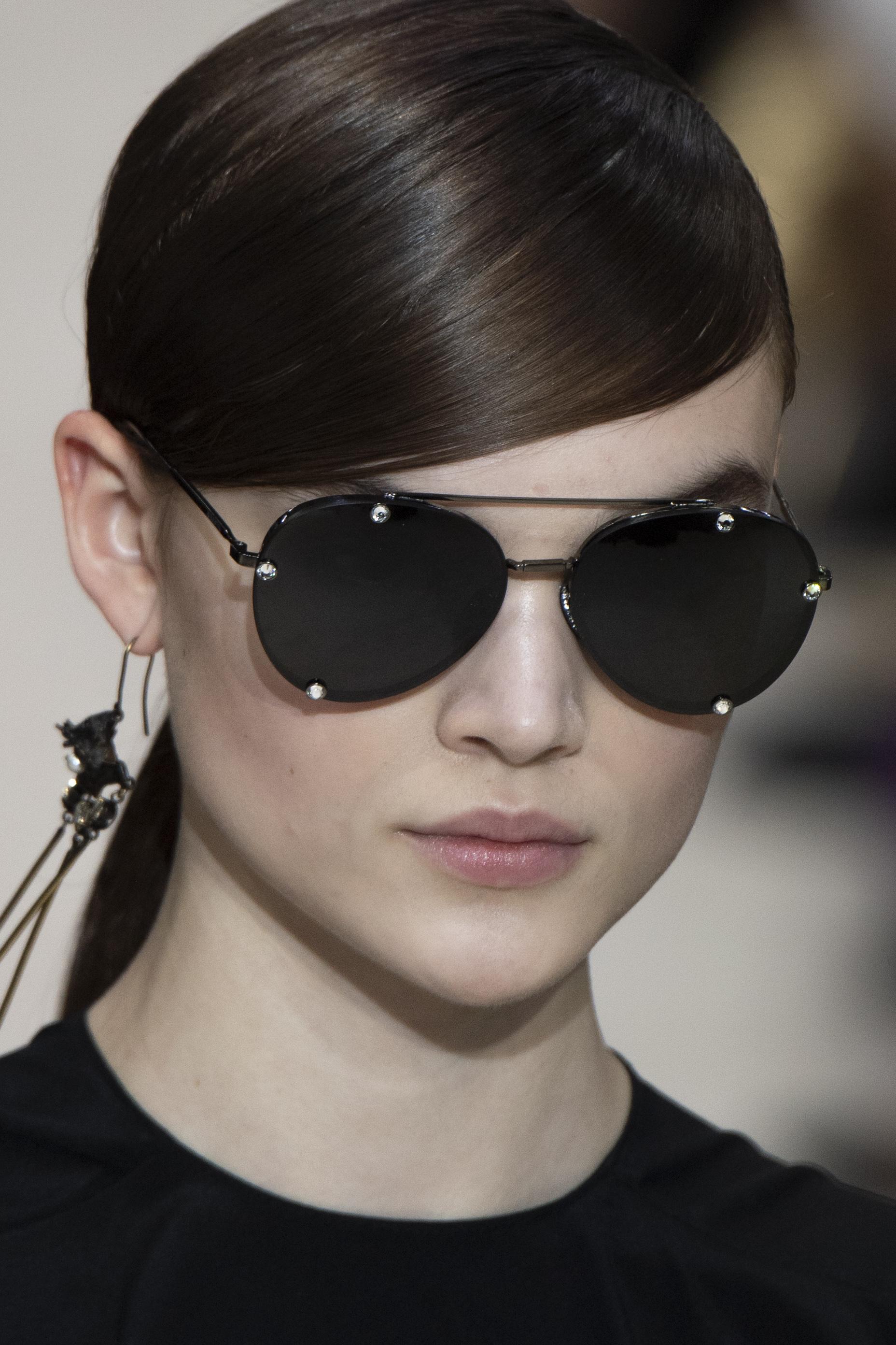 No importa la temporada, un par de gafas oscuras siempre son una buena compra. Este modelo aviador fue presentado en la pasarela de otoño-invierno 2020 de Valentino. (WGSN)