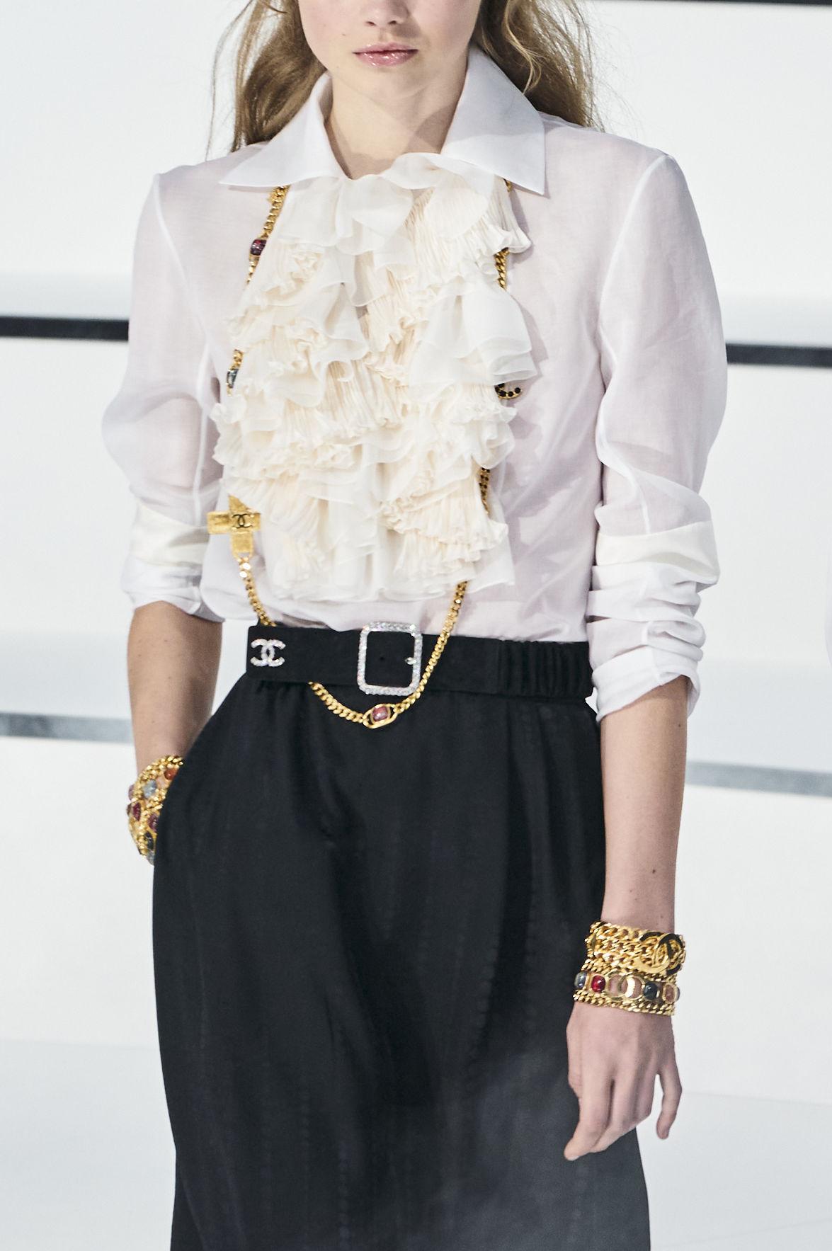La camisa blanca es una pieza atemporal y necesaria en el closet de toda mujer. Este modelo con detalle de volantes fue presentado en la pasarela de Chanel. (WGSN)