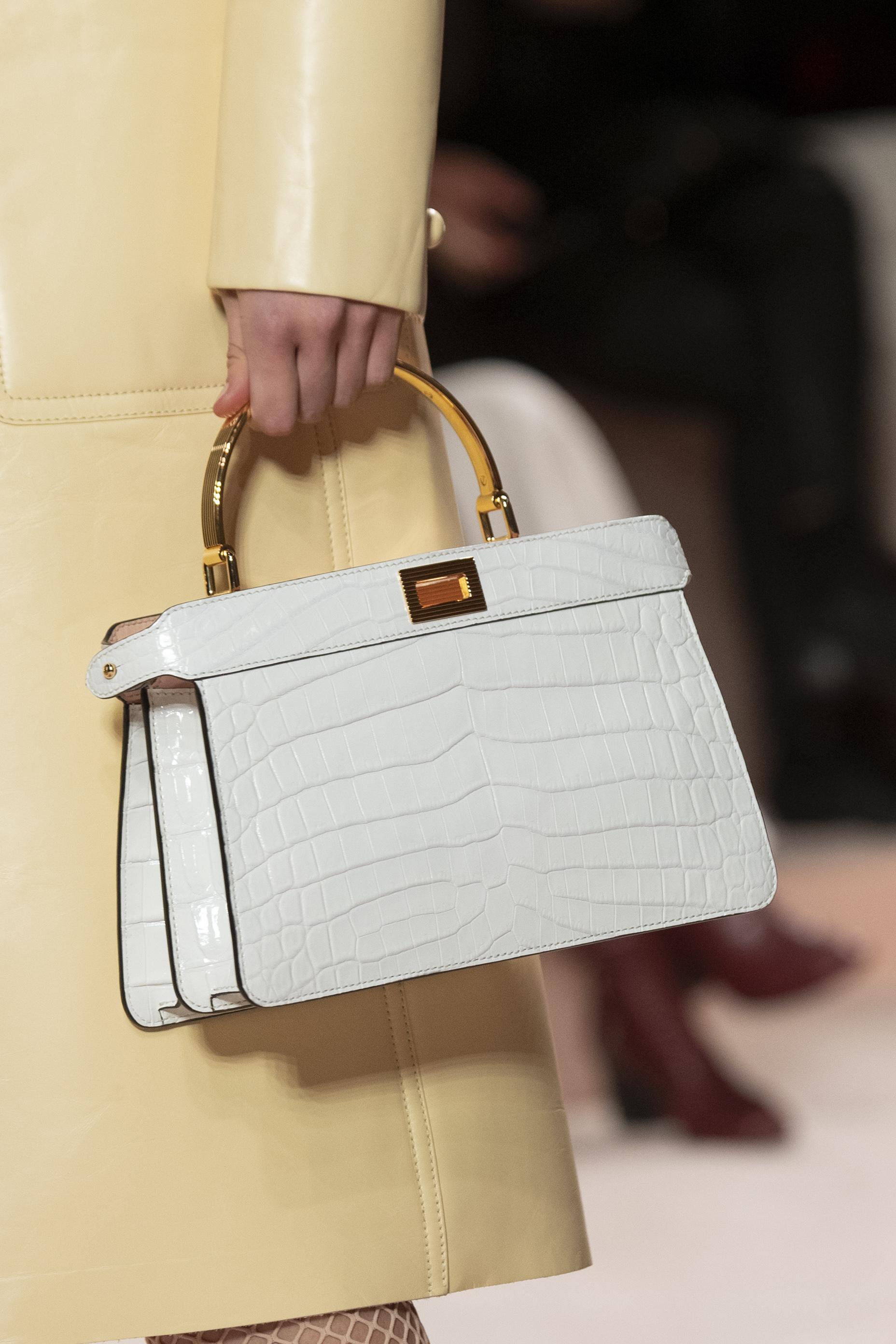 El otoño impone el estilo de cartera pequeña y de líneas definidas, como este modelo en blanco y dorado de Fendi. (WGSN)