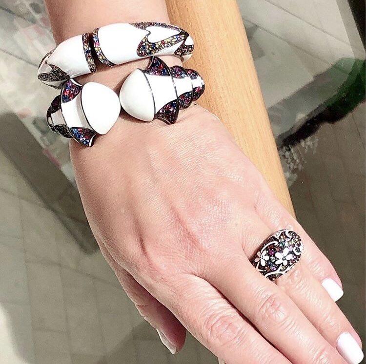Conjunto de brazaletes y sortija en plata con esmalte blanco, de MCL disponible en Lido Jewelers, en The Mall of San Juan. (Suministrada)