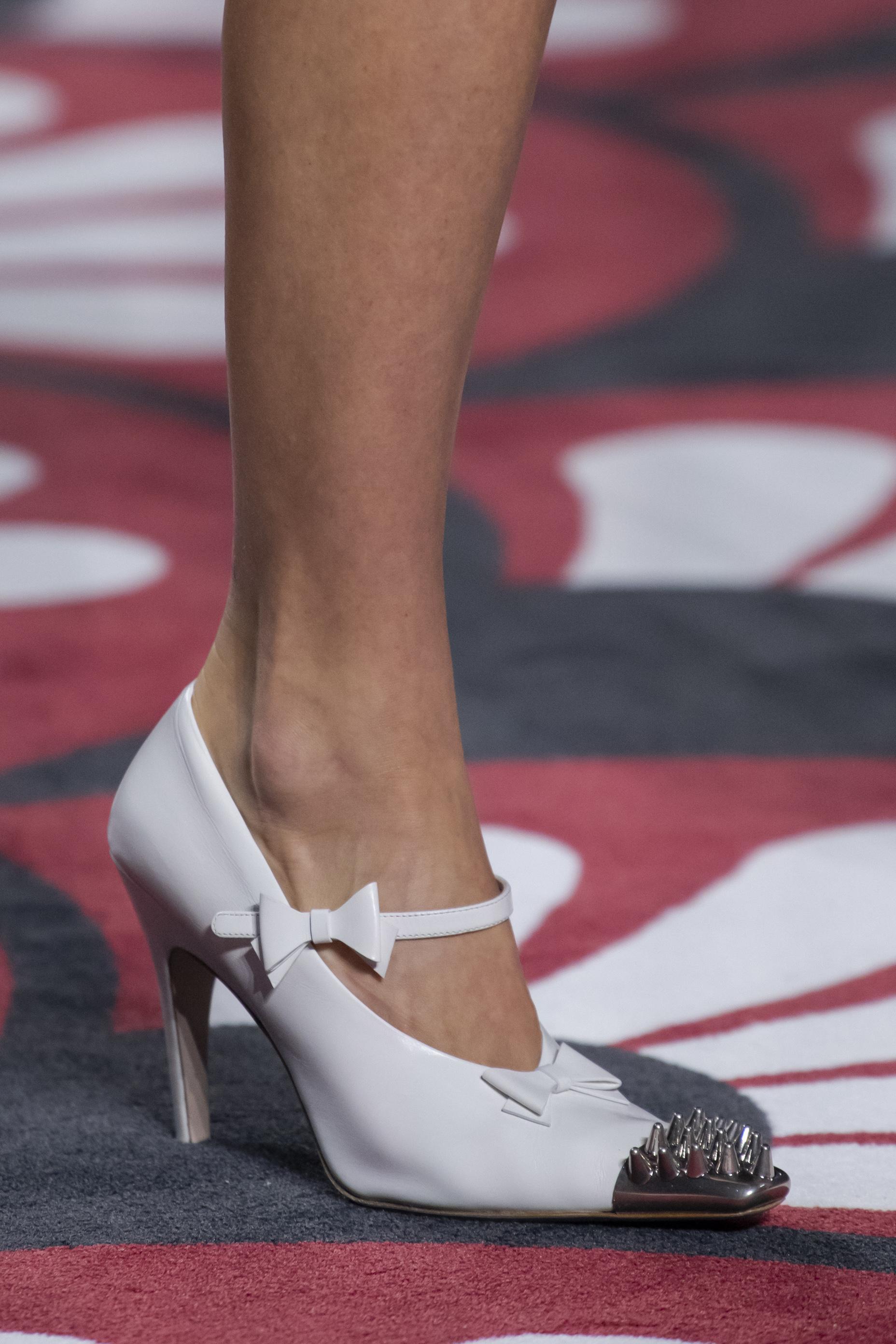 """Los zapatos blancos se quedan como tendencia para este otoño. Si quieres darle un giro ultramoderno, opta por este estilo Mary Jane con puntera en metálico con puyas de Miu Miu, que te dará un aire """"punk-chic"""". (WGSN)"""