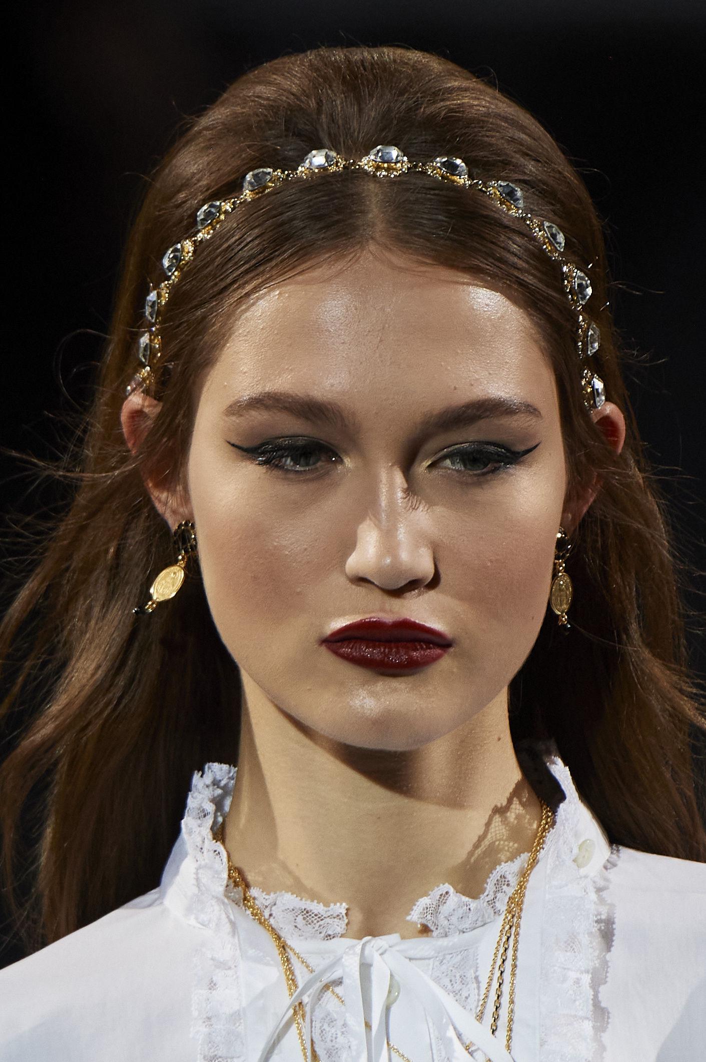 """Los accesorios para el cabello siguen siendo un """"must"""" en el otoño. Diadema en dorado y piedras, de Dolce & Gabbana. (WGSN)"""