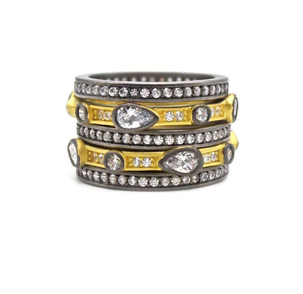 """""""Ring stack"""" - Otra tendencia del momento es llevar varios pares de un mismo accesorio y esto es lo que ofrece Letrán en este conjunto de sortijas en las que mezcla diversos materiales. La joyería está ubicada en The Mall of San Juan. (Suministrada)"""