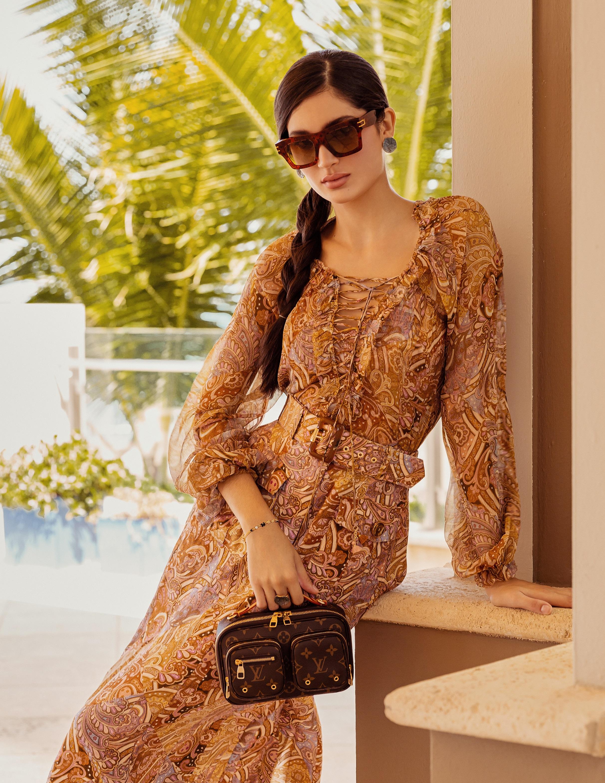 Camisa y falda Zimmerman, de Olivia Boutique; gafas y cartera de Louis Vuitton, en The Mall of San Juan; y joyería de Tous, en Plaza Las Américas. (Foto: Nolan Rivera/ Especial para Magacín)