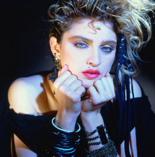 1983 - La cantante nunca le ha tenido miedo al maquillaje fuerte que acentúa sus ojos azules.  (Archivo)