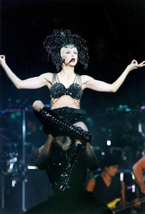 """1993 - En una de las giras más importantes de la artista, """"Girlie Show"""". (Archivo)"""