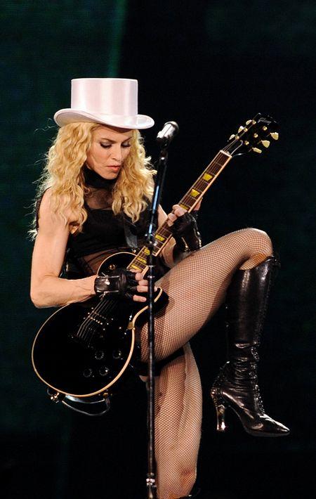 """2008 - En la gira """"Sticky & Sweet"""" la cantante lució el cabello largo, rubio y con ondas marcadas. (Archivo)"""