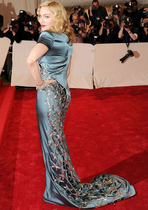 """2011 - La intérprete acudió a la apertura de la exposición """"Alexander McQueen: Savage Beauty"""", en el Museo metropolitano de Nueva York. (Archivo)"""