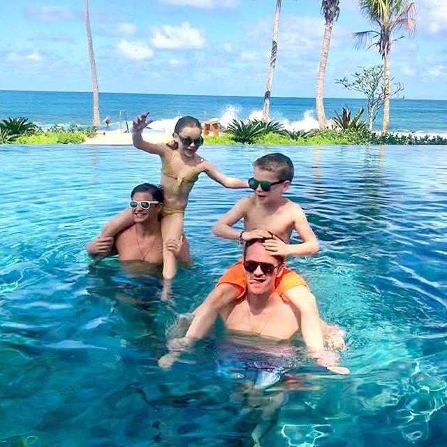 Neil Patrick Harris con su esposo e hijos en el Dorado Beach Reserve