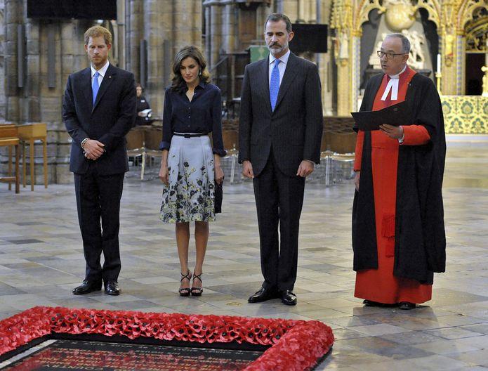 Para su visita a Westminster Abbey, la Reina lució una falda en seda con estampado floral en tonos azules de Carolina Herrera New York , con una blusa de tafetán azul, también de Herrera. (Prensa Asociada)