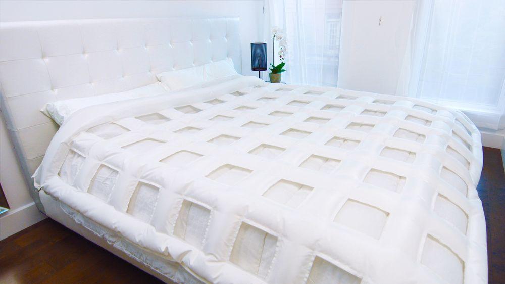 Edredón del sistema canadiense SmartDuvet Breeze inflado y colocado sobre la cama. Esta plancha inflable en forme de rejilla debe colocarse entre el edredón y su funda para ser operativa. (Foto: Samrtduvet)