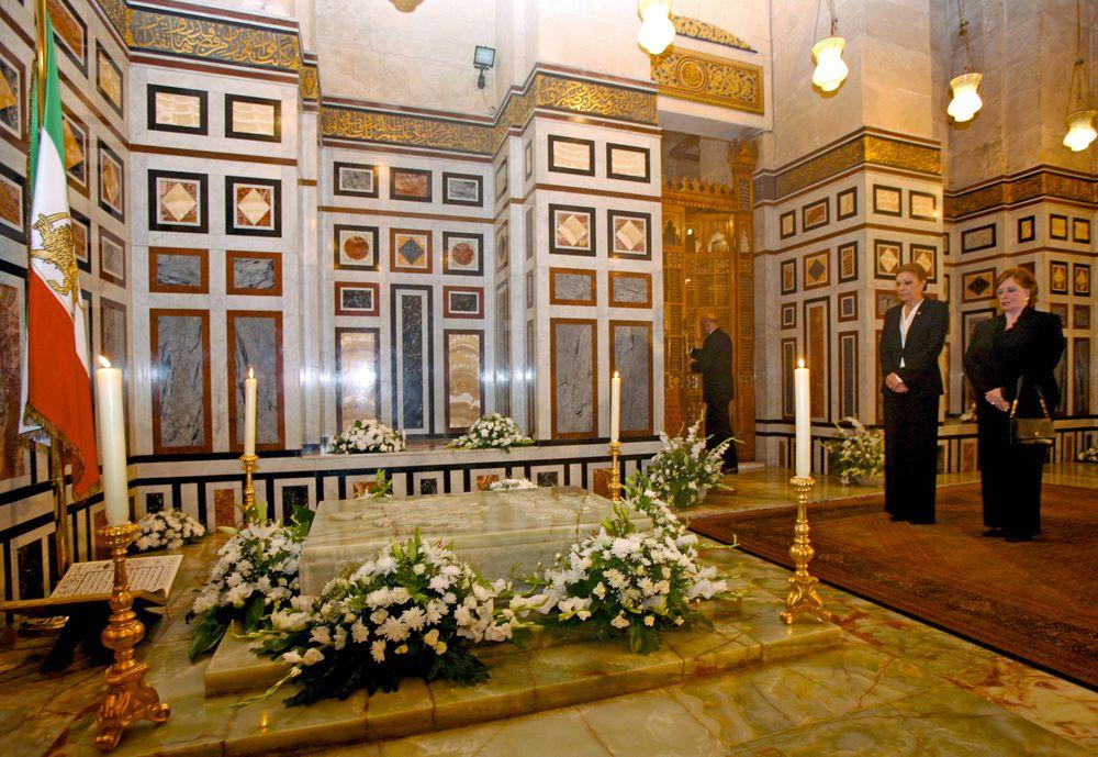 Farah Diba (i), la viuda de Reza Pahlavi, el último Shah de Irán, junto a Gihan Sadat (d). Reza Pahlavi murió de cáncer el 27 de julio de 1980 en El Cairo y, a pesar de sus deseos de tener unas honras fúnebres sencillas, el presidente egipcio Sadat le dispensó un funeral de Estado.
