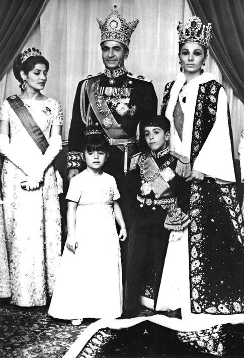 Mohammed Reza Pahlevi posa junto a su familia, la emperatriz Farah Diba (d), la princesa Shahnaz (i), la princesa Farahnaz y el príncipe heredero Reza Pahlevi, el día de su coronación como Sha de Persia. Durante la ceremonia que tuvo lugar en el palacio de Golestán, también impuso los atributos de Emperatriz a su esposa Farah Diba. Foto: Archivo