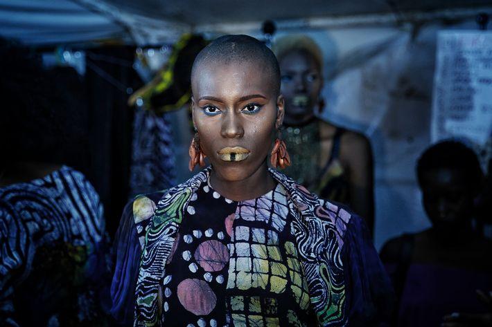 Una modelo espera entre bambalinas durante la Semana de la Moda de Dakar. (Prensa Asociada)