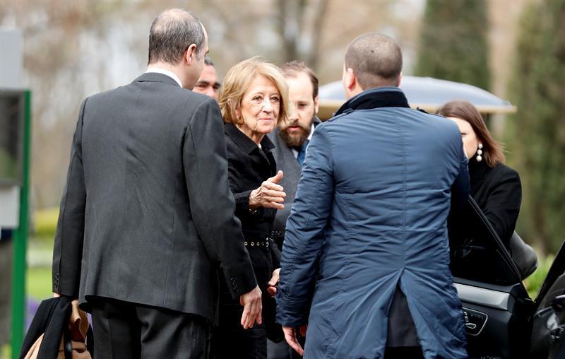 María del Carmen Cerruti (c), viuda de JorgeZorreguieta, llega al funeral de su esposo el jueves 10 de agosto de 2017, en un cementerio de la Provincia de Buenos Aires, Argentina. EFE/David Fernández.