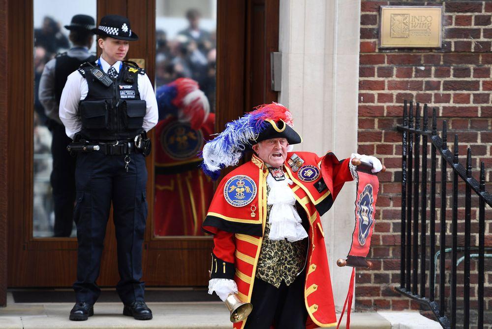 Un pregonero anuncia el nacimiento del tercer hijo de Kate Middleton y el príncipe William en la entrada del Hospital St. Mary, en Londres. (EFE)
