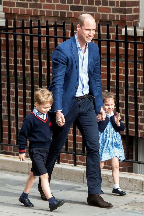 El príncipe William y sus hijos George y Charlotte llegan al hospital St. Mary de Londres para visitar al recién nacido. (EFE)