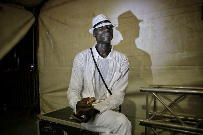 Un modelo come un sándwich entre bambalinas durante la Semana de la Moda de Dakar. (Prensa Asociada)