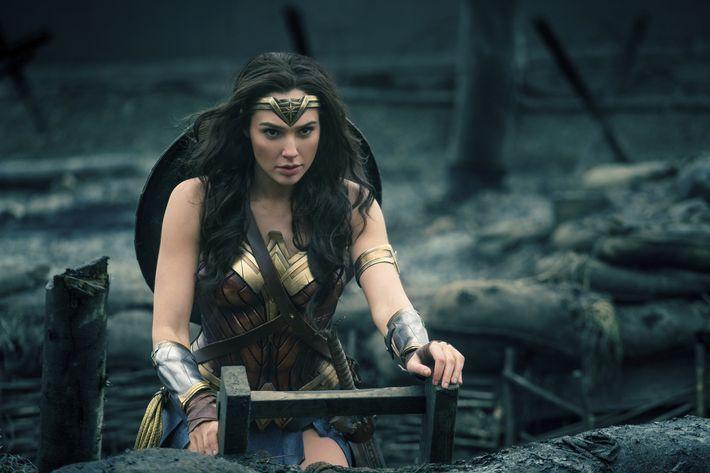 La actriz israelí Gal Gadot fue elegida para ser la protagonista de la película 'Mujer Maravilla'. A pocos días de su estreno, la cinta se ha convertido en todo un fenómeno de taquilla. En la siguiente galería conoce porqué la actriz también es una 'wonder woman' en la vida real. (Clay Enos/Warner Bros. Entertainment vía AP)