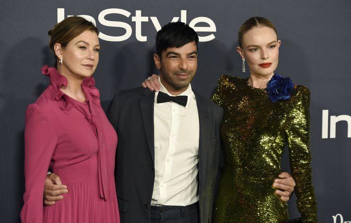 Harry Josh, recipiente del premio Hairstyist of the Year, posa con Ellen Pompeo y Kate Bosworth. (AP)